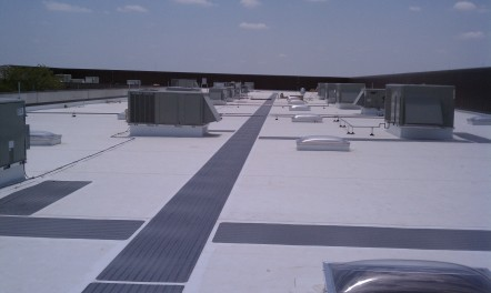 TPO Flat roof with walk pads 442x264 TPO walls